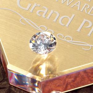 ジルコニアダイヤモンドがはめ込まれてます。